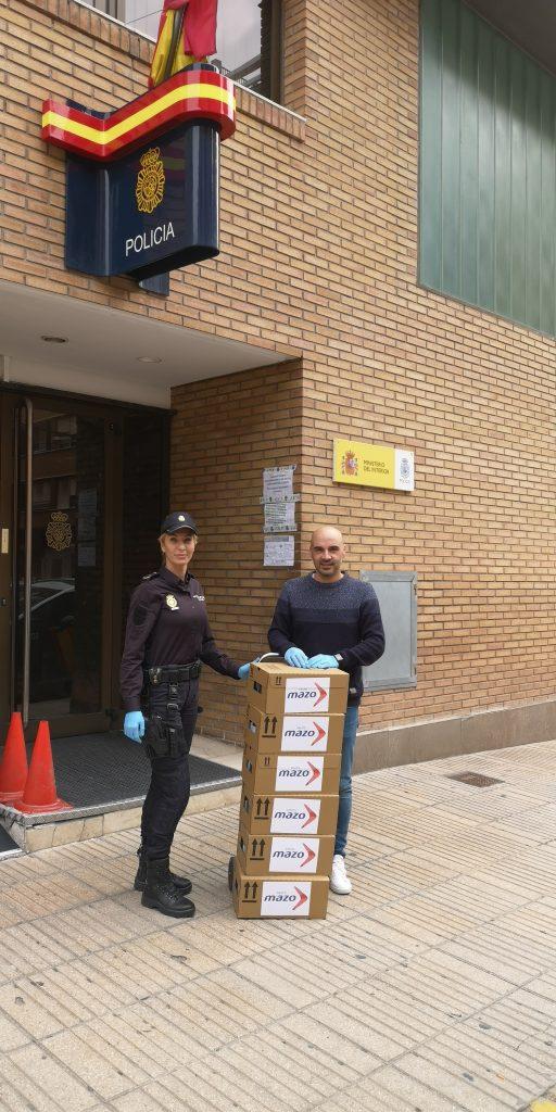 entrega de gel hidroalcohólico a la Policía Nacional de Alzira